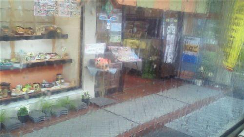 20110528雨のショーウィンドー_R.jpg
