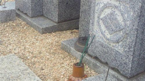 20110531墓地草枯らし_R.jpg