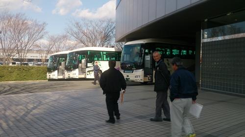 バス乗車へ_R.jpg