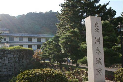 お登勢像横から三熊城 002_R.jpg